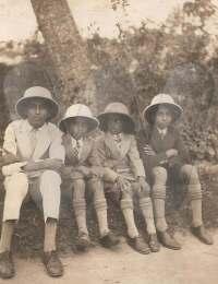 Les casques coloniaux !,Majunga, Madagascar,0,Le port du casque n'était pas très bien vu de la part de citoyens indiens...,Collection Privée