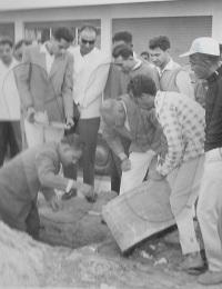 Pose de la premiére pierre de la mosquée de Tuléar,Rue Du Lieutenant Chanar, Toliara, Madagascar,1963,Le passage de Ibrahim Bhay avait suscité un grand élan communautaire.