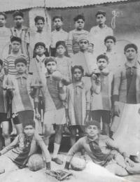 L'équipe de sports de l'Ecole Hindoue,Tuléar, Madagascar,1930,Une équipe de football et une autre de courses cyclistes avaient été constituées.,Collection Nazaraly AMARSY