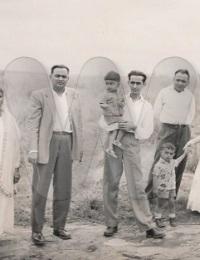 """Entre Tuléar et Fianarantsoa, vers Ranohira,Ranohira, Madagascar,1958,Pour éviter de faire les 600 km de piste aller puis 600 km retour, très souvent une voiture partait de Tuléar et l'autre de Fianarantsoa. L'échange se faisait généralement à Ranohira qui allait """"exploser"""" quelques décennies après avec la découverte de saphirs."""