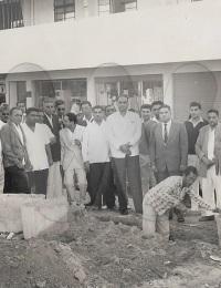 Pose de la premiére pierre de la mosquée de Tuléar,Gambetta Street, Toliara, Madagascar,1963,Le passage de Ibrahim Bhay avait suscité un grand élan communautaire.