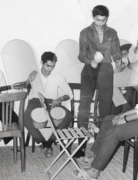 """Geet party organisée pour le mariage de Afzal Pirbay,Tuléar, Madagascar,1960,le chanteur, """"master"""", avait été spécialement invité pour animer cette fête. Venant de Fianarantsoa il avait """"recruté"""" des musiciens locaux pour l'occasion."""
