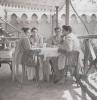 à Bagdad, en route pour Zyarat. Layla et Akbaraly Karim avec des amis de Tuléar. Quelques semaines après leur mariage en 1956.,Bagdad, Irak,1956,,Collection Layla Karim