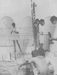 Partie de pêche sur la digue du port de Tuléar,Avenue De France, Tuléar, Madagascar,1935,,Collection Nazaraly AMARSY