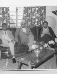 """Visite de Ibrahim Bhai,R de Bligny, Tuléar, Madagascar,1960,Cette photo a été vraisemblablement prise au """"tsambo"""" Sondarjee prés de l'usine SITAR sur la route de Miary.,Nazaraly AMARSY"""