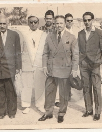 Qui est cet homme ? Ils sont nombreux à l'accueillir au terrain d'aviation de Tuléar,Toliara, Madagascar,1960,Quelqu'un a t il une idée sur les circonstances de cette visite ?